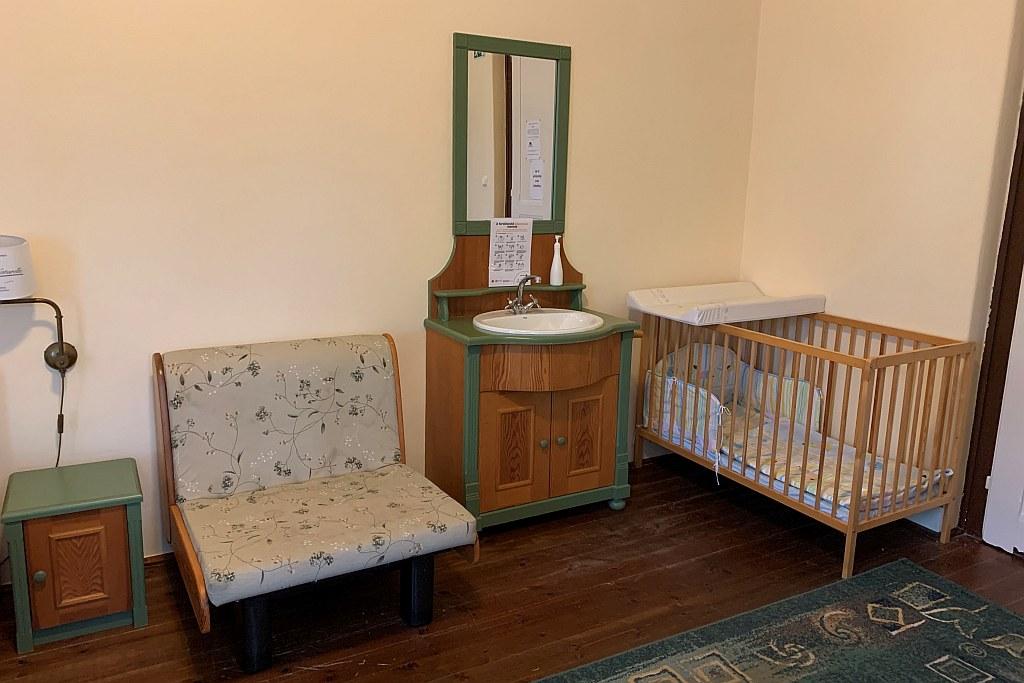 1. szoba babaággyal